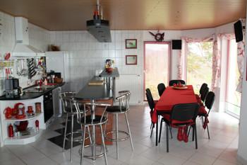 Ferienhaus Am Velencesee In Ungarn Mit Küche Im Amerikanischen Style  Vollausgestattete Ferienhausküche Mit Esstisch Für 8
